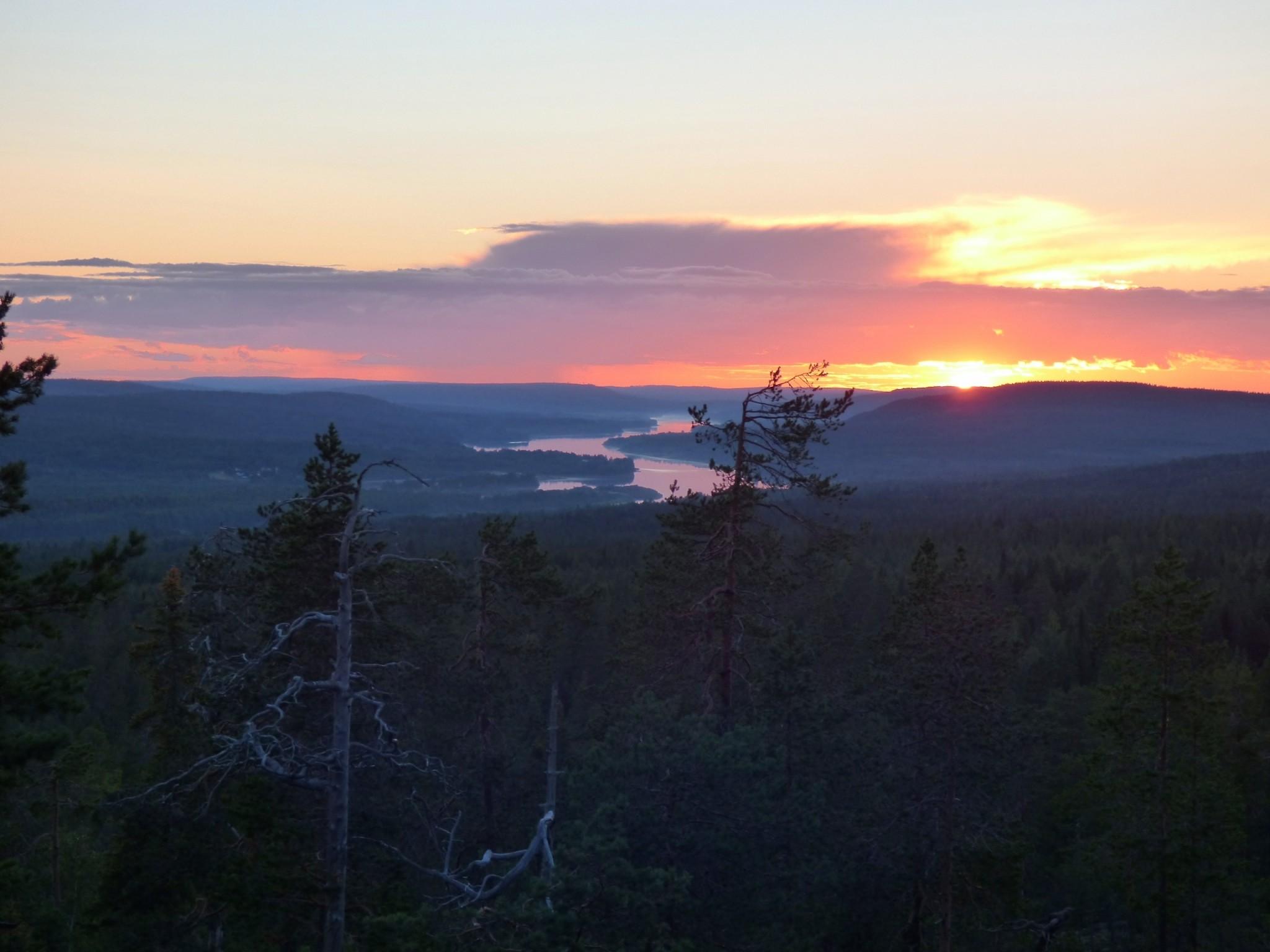 Auringonlasku Rovaniemen Santavaarassa