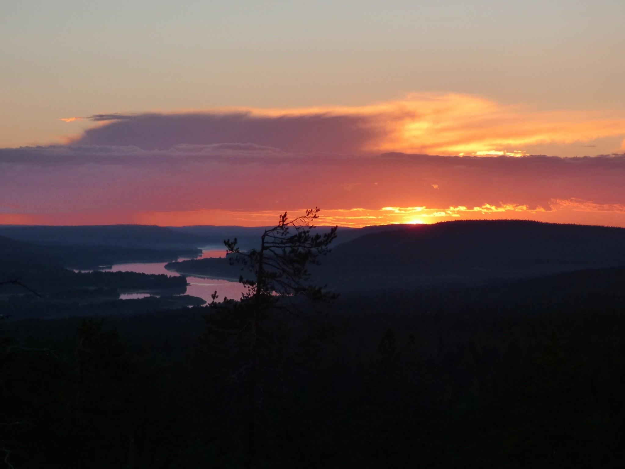 Auringonlasku Roaniemen Santavaarassa