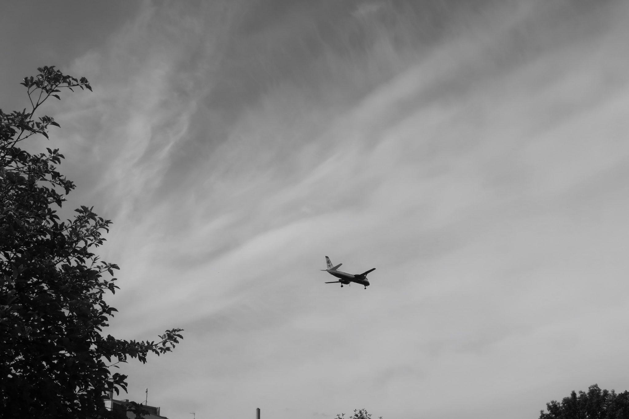 mustavalko lentokone