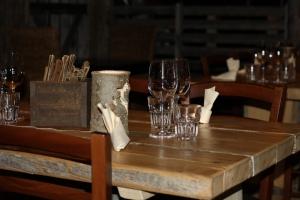 Lappiravintola Jängällä tarjoaa perinteistä, lappilaista ruokaa modernilla otteella. Lappiteema on vahvasti esillä miljöössä.
