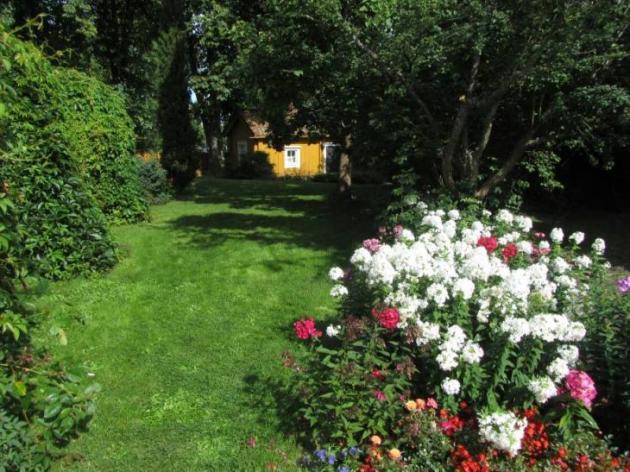 Pilasterit-talon puutarha. Kuva: Matkoilla-blogi
