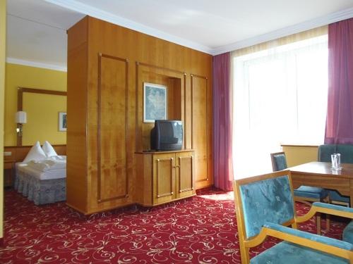 Kahdenhengen tilavampi huona; ensituntumani hotelliin vuonna 1992. Kuva: Kurhotel Germania