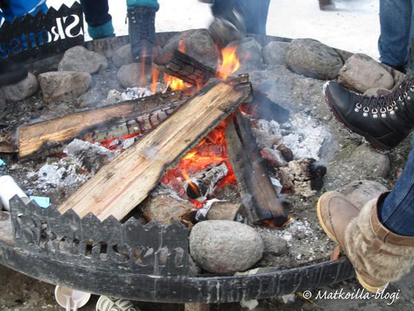 Skansenilla oli monessa paikassa mahdollista lämmitellä nuotion ympärillä. Kuva: © Matkoilla-blogi