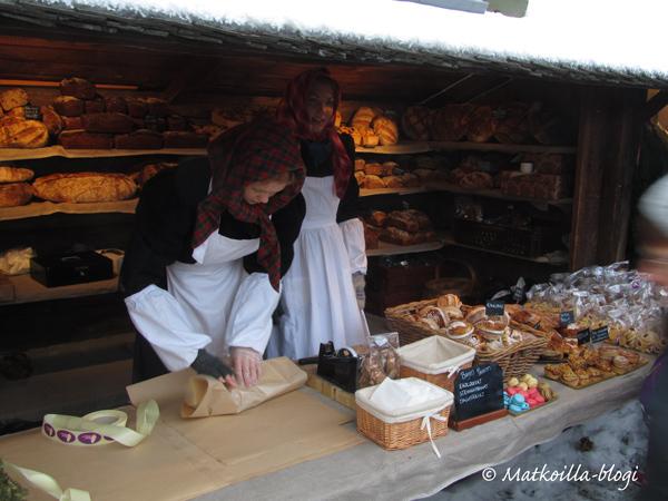 Skansenin joulumarkkinoilla myyjätkin ovat pukeutuneita ajanmukaisiin asuihin. Kuva: © Matkoilla-blogi