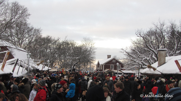 Skansenin joulumarkkinoihin kuuluu ajoittainen tungos. Kuva: © Matkoilla-blogi