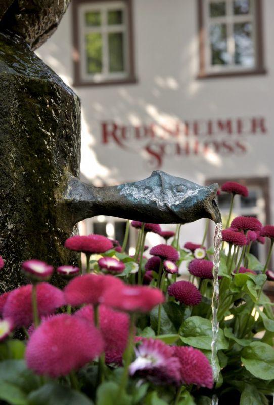 Rüdesheimer Schloss-hotellin yhteydessä, Drosselgassen varrella toimii myös suosittu viinitupa terasseineen. Kuva: © Rüdesheimer Schloss