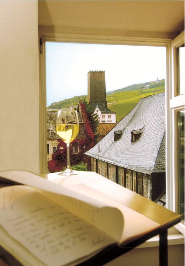 Monesta hotellihuoneesta on näkymä suoraan viinitarhoihin. Kuva: © Rüdesheimer Schloss
