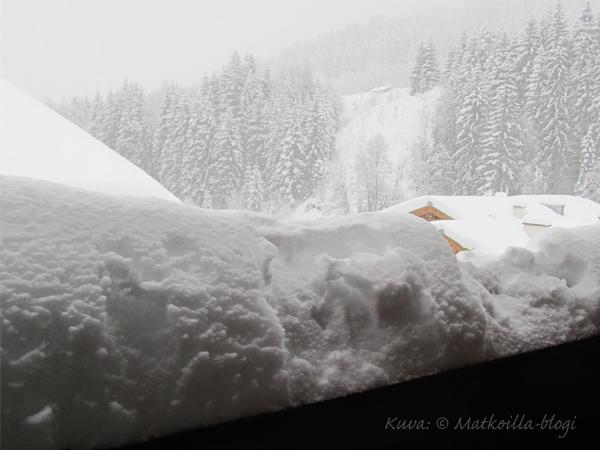 Parvekkeen kaiteen lumimäärä sen kun kasvaa. Kuva: © Matkoilla-blogi