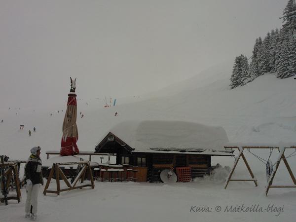 Hinterglemm, Breitfussalmin ulkopuolella. Huomatkaa lumivaippa katolla! Kuva: © Matkoilla-blogi