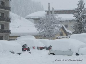Saalbachin lumipyry peitti autot paksun lumivaipan alle. Kuva: ©-Matkoilla-blogi