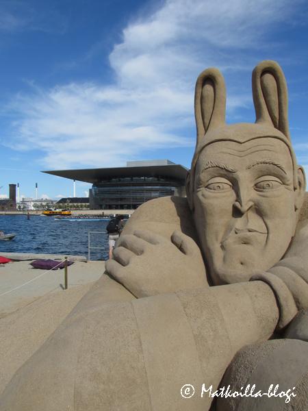 Tämän hiekkaveistoksen taustalla uusi Oopperatalo. Kuva: © Matkoilla-blogi