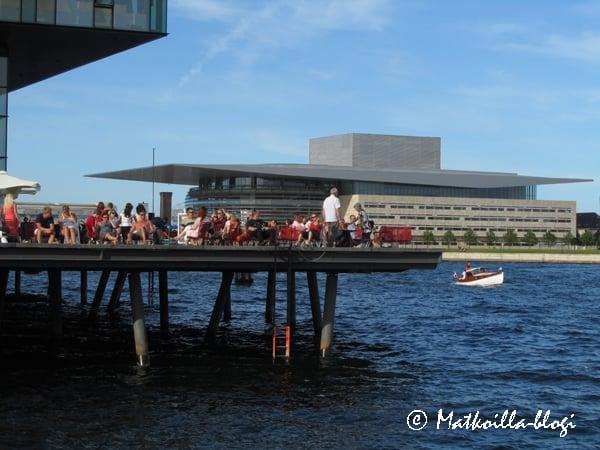 Skuespilhusetin terassi, taustalla Kööpenhaminan uusi Oopperatalo . Kuva: © Matkoilla-blogi