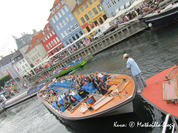 Kiertoajeluvene Nyhavnissa. Kuva: © Matkoilla-blogi