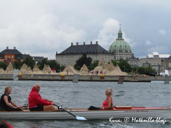 Soutajia Amalienborgin edessä. Kuva: © Matkoilla-blogi