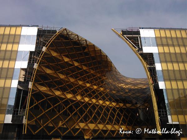 Emporia-ostoskeskusen julkisivun kiiltävää lasia ja kaarevia muotoja. Kuva: © Matkoilla-blogi