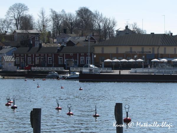 Naantalin satamassa poijut odottavat vielä veneitä. Kuva: © Matkoilla-blogi