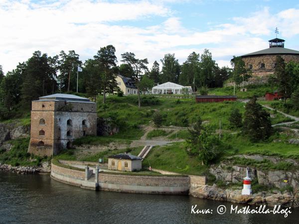 Hotelli sijaitsee keltaisessa rakennuksessa, aivan linnoituksen vieressä. Kuva: © Matkoilla-blogi