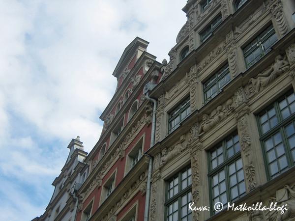 Vanhankaupungin talojen koristeellisia päätyjä. Kuva: © Matkoilla-blogi