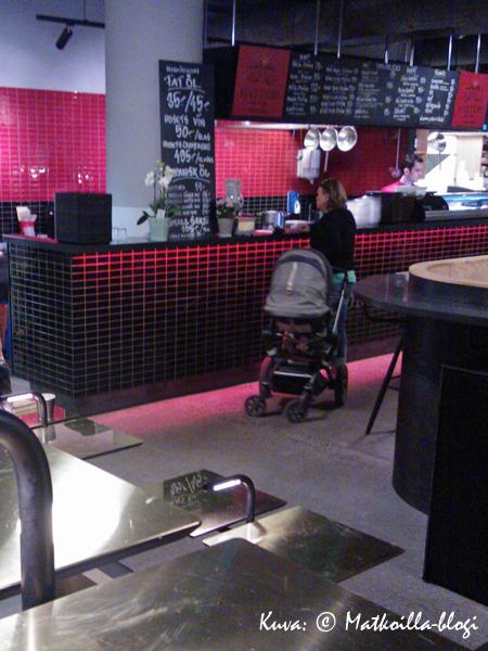 Lounasruuhka on ohi melko pian yhden jälkeen, jolloin Sushi-tiskin edessä oli jo melko rauhallista. Huomaa teatterikatsomon tyyppinen pöytäratkaisu etualalla. Kuva: © Matkoilla-blogi