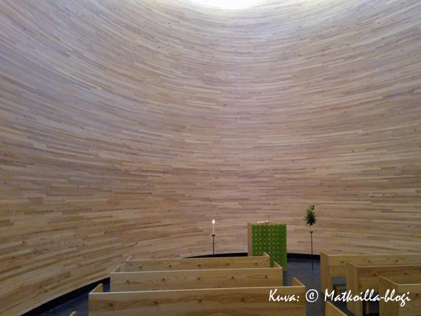 Kampin kappelin sisustassakin puu on vahvasti läsnä. Kuva: © Matkoilla-blogi