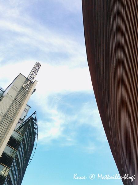 Lasi & betoni ja perinteinen puu kohtaavat Narinkkatorilla. Kuva: © Matkoilla-blogi