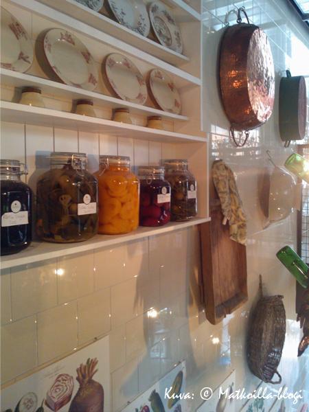 """Ravintolan sisustustyyli noudattaa nykytrendin mukaista """"maalaisromanttista"""" tyyliä. Kuva: © Matkoilla-blogi"""