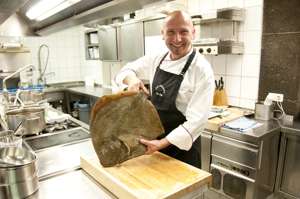 Hotelli-ravintolan isäntä, keittiömestari Inog Beth valtakunnassaan. Kuva: Hotel Lohspeicher