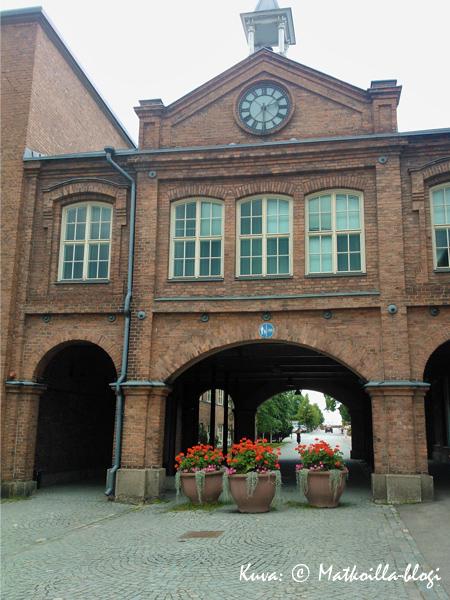 Tampellan alueen portti. Kuva: © Matkoilla-blogi