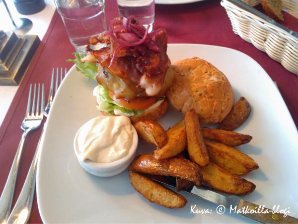 Highland-hampurilainen - nimi on ilmeisesti enne, sillä kantta on parempi yrittää olla sovittamatta purilaisen päälle...  Kuva: © Matkoilla-blogi