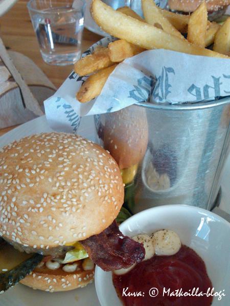 """Pääruoaksi Sinne Burger ja maalaisranskalaisia """"Porvoon mitalla"""". Kuva: © Matkoilla-blogi"""