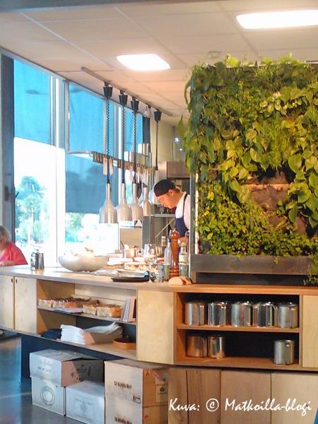 Ruoka valmistuu avokeittiössä, trendikkään viherseinän takana. Kuva: © Matkoilla-blogi
