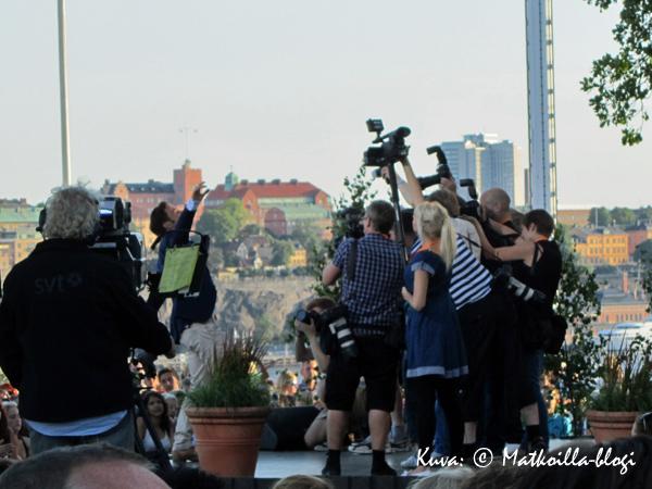 """Måns Zelmerlövistä otettiin ennen lähetyksen alkua lehdistökuvia """"fanikatsomon"""" edessä vuonna 2011. Kuva: © Matkoilla-blogi"""