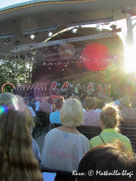 Yleisö paikalla ja valmiina... Kuva: © Matkoilla-blogi