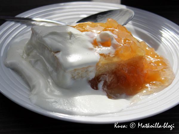 Ahvenanmaan pannukakkua, hieman kermaa ja taivaallista omenahilloa. Kuva: © Matkoilla-blogi
