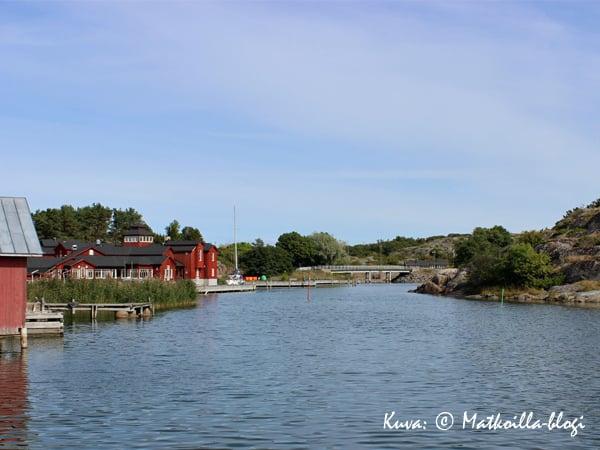Hotelli Brudhäll sijaitsee Karlbyn vierasvenesataman tuntumassa. Kuva: © Matkoilla-blogi
