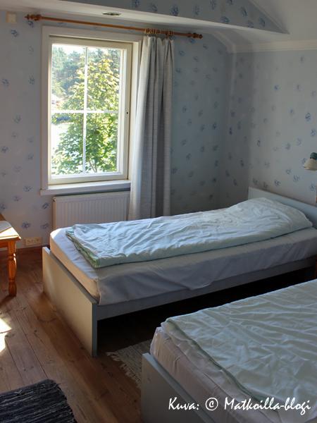 Huone oli vaaleansinisävyinen, ja meitä hemmoteltiin näköalalla vierasvenesatamaan. Kuva: © Matkoilla-blogi