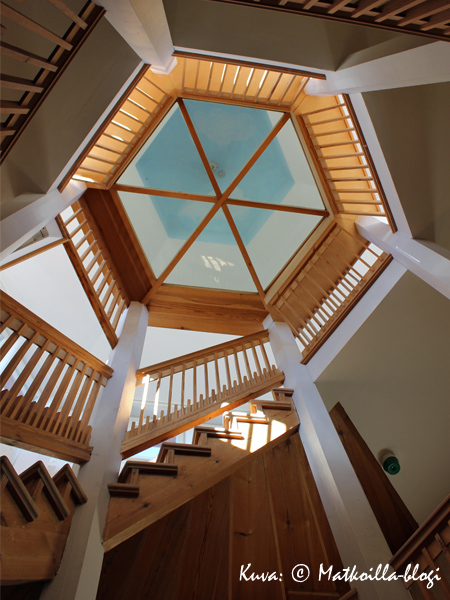 Portaat johtavat aulasta ylös torniin... . Kuva: © Matkoilla-blogi