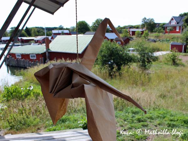 Karlbyn kaupan portailla origami-llintu tervehti tulijoita. Kuva: © Matkoilla-blogi