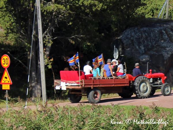 Lavantäydeltä väkeä Traktorcruisingissa. Kuva: © Matkoilla-blogi