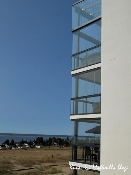 Uusia lomahuoneistoja, joista avautuvat merinäköalat lasitetuilta parvekkeilta oli rakennettu melko runsaastikin. Kuva: © Matkoilla-blogi