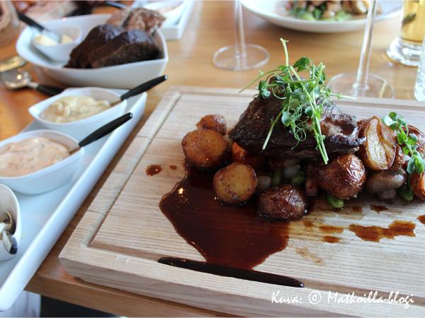 Pippuripihvi tarjottiin perinteisesti, puisella laudalla. Kuva: © Matkoilla-blogi