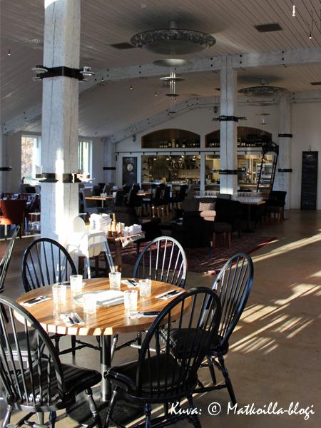 Salissa sekoitetaan rohkeasti ja rennosti erityylisiä pöytäryhmiä. Kuva: © Matkoilla-blogi