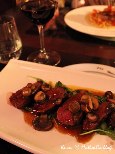 …pääruoaksi suusasulavaa lihaa... Kuva: © Matkoilla-blogi