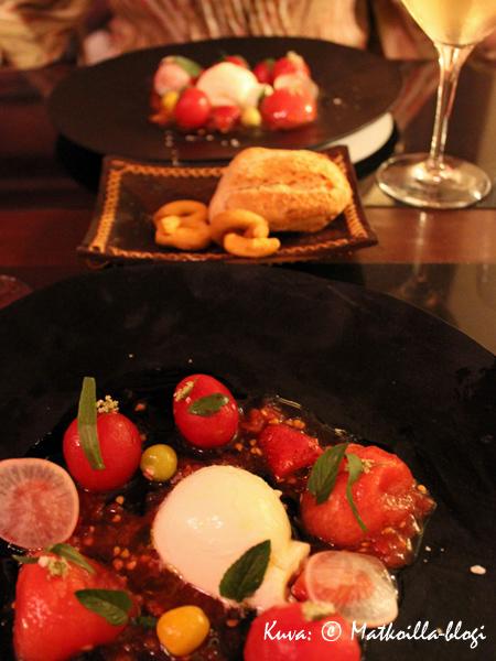 Alkuun salaatti tomaateista, mozzarellasta ja mansikoista... Kuva: © Matkoilla-blogi