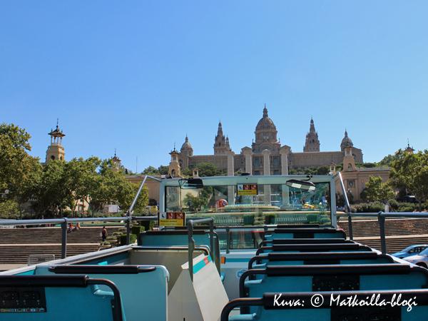 Katalonian taidemuseon kohdalla, matkalla kohti Montjuicin kukkulaa ylälkerrassa oli yhtäkkiä lähes tyhjää. Kuva: © Matkoilla-blogi