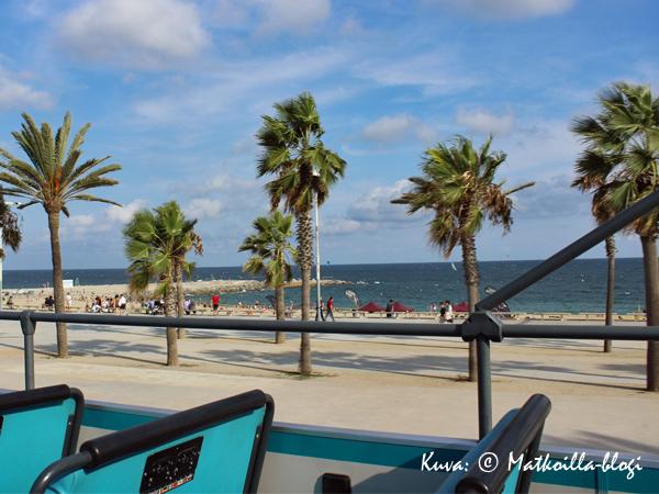 Barcelonan vastakohtia - hiekkaranta keskellä kaupunkia. Kuva: © Matkoilla-blogi