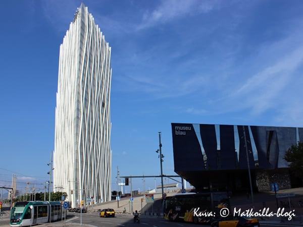 Vastakohtien kaupunki tarjoaa myös kontrasteja rakennuksissa: Huippumodernia arkkitehtuuria...  Kuva: © Matkoilla-blogi