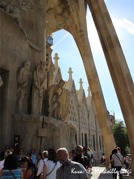 Julkisivun patsaita. Kuva: © Matkoilla-blogi