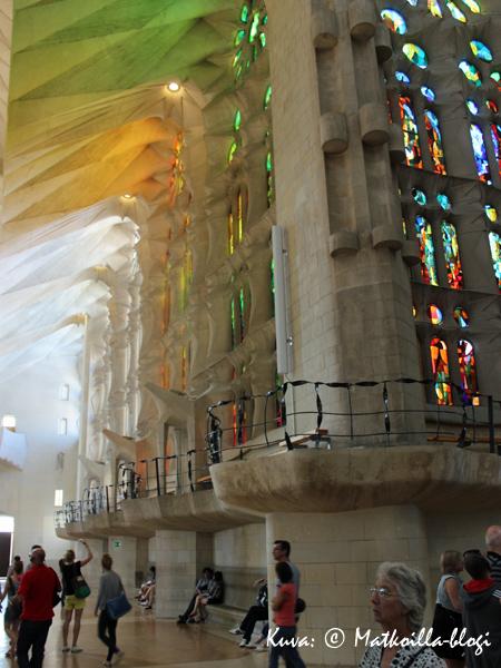 Valo, värit ja avara tila luovat Sagrada Familia-kirkon uskomattoman tunnelman. Kuva: © Matkoilla-blogi