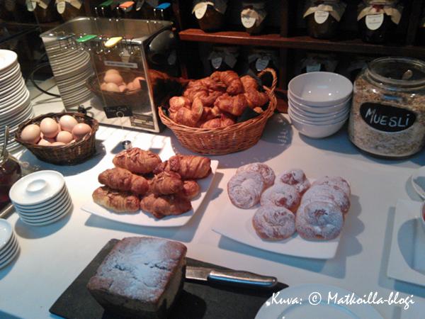 Aamiaisella makeaa mahan täydeltä... . Kuva: © Matkoilla-blogi